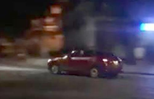 Chiếc xe Mazda chạy với tốc độ cao nhiều vòng quanh hồ Hoàn Kiếm. Ảnh chụp từ clip