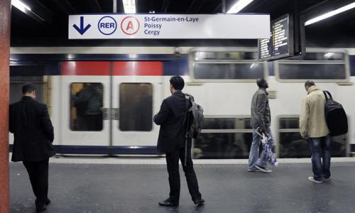 Công ty vận hành tuyến tàu điện ngầm RER A ở Paris đã miễn phí 25 năm đi tàu cho bé trai được sinh ra trên tàu hôm 18/6. Ảnh: UPI.