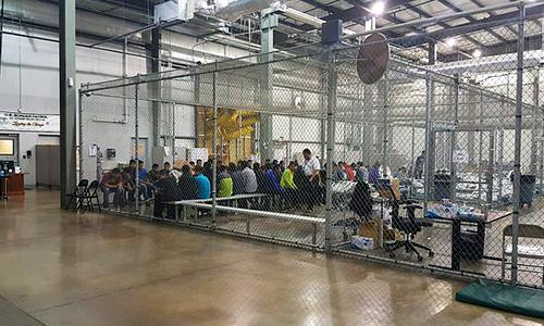 Trẻ em và những người nhập cư bất hợp pháp bị giam trong các rào sắt ở một trại tạm giam tại bang Texas. Ảnh: US CBP