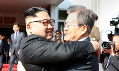 Lãnh đạo Triều Tiên Kim Jong-un (trái) và Tổng thống Hàn Moon Jae-in tại DMZ ngày 26/5. Ảnh:KCNA.