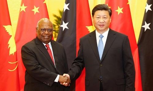 Chủ tịch Trung Quốc Tập Cận Bình bắt tay Toàn quyền Papua New Guinea Michael Ogio ở Bắc Kinh hồi năm 2015. Ảnh: Xinhua.