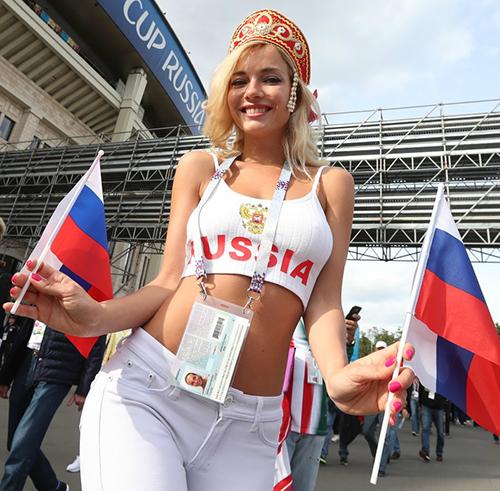Nemchinova thu hút các ống kính báo chí nhờ vẻ ngoài xinh đẹp, quyến rũ. Ảnh: Sputnik