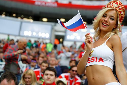 Natalya Nemchinova thu hút các ống kính báo chí nhờ vẻ ngoài xinh đẹp, quyến rũ. Ảnh: Sputnik