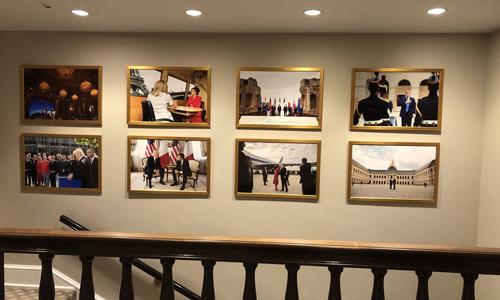 Cầu thang Cánh Tây của Nhà Trắng từng đặt ảnh chụp trong chuyến thăm Mỹ của Tổng thống Pháp Macron. Ảnh: Twitter/Jennifer Jacobs.