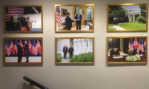 6 bức ảnh đặt tại cầu thang ở Cánh Tây của Nhà Trắng. Ảnh: Twitter/Michael C.Bender.