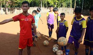 Người đàn ông khuyết tật dạy bóng đá cho 400 học sinh