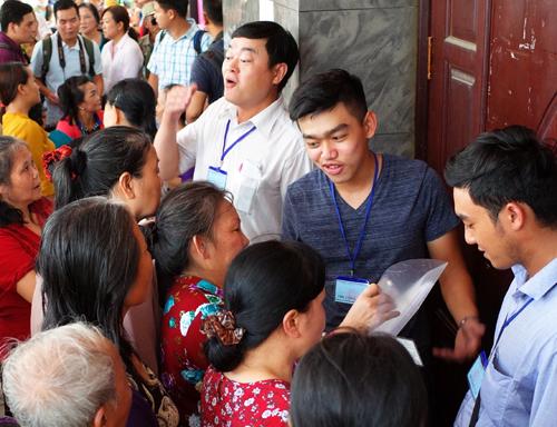 Người dân Thủ Thiêm tại hội trường quận 2. Ảnh: Nguyễn Thành.
