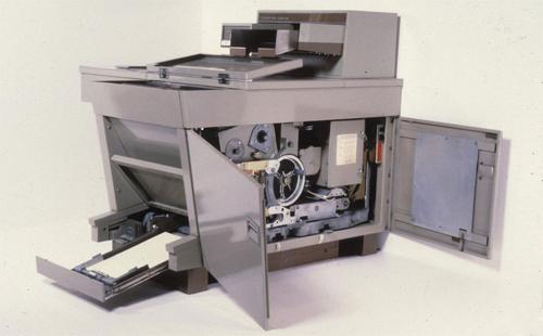 Máy photocopyđồng bộ Xerox 914 được lắp vào năm 1959 và có thể tạo ra 100.000 bản sao mỗi tháng. Đây là một sản phẩm cách mạng hóa giáo dục, cho phép giáo viên tạo bản sao tài liệu và sách cho toàn bộ lớp học.Ảnh: Bảo tàng lịch sử quốc gia MỹvàViện lưu trữSmithsonian.