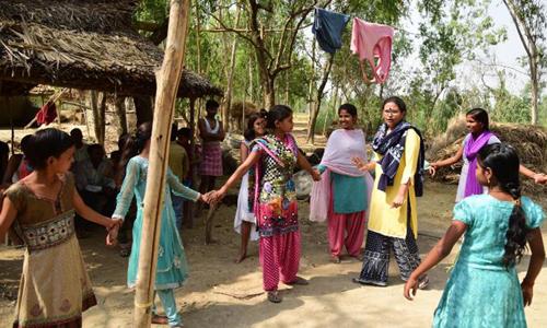 Rajni dẫn đầu một nhóm cô gái trong làng tự đấu tranh để thay đổi số phận và nhận thức cộng đồng. Ảnh: CNN.