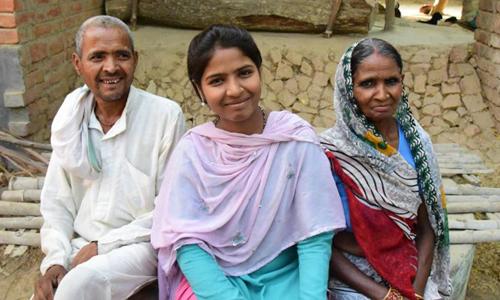 Rajni Devi và cha mẹ. Ảnh: CNN.