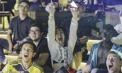 Người hâm mộ bóng đá ở Bắc Kinh, Trung Quốc theo dõi trận đấu khai mạc World Cup 2018 giữa Nga và Arab Saudi hôm 14/6. Ảnh: SCMP.