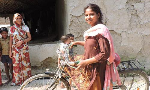 Mỗi ngày Rajni đạp xe 64 km để được tiếp tục theo học. Ảnh: CNN.