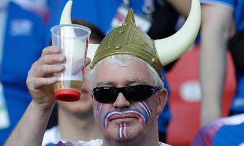 Một cổ động viên Iceland giơ cốc bia trên khán đài trong trận ra quân của đội nhà với Argentina tại sân vận động Spartak ở Moskva, Nga hôm 16/6. Ảnh: Reuters.