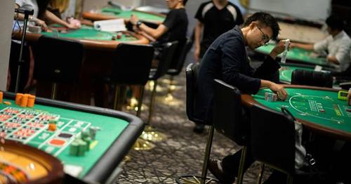 Các học viên thực hành tại trường đào tạo nghề liên quan đến sòng bạc ở Tokyo. Ảnh: AFP.