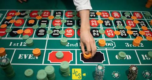 Takuto Saito đang điều khiển trò cò quay trên chiếc bàn mày xanh với 37 ô đặt cược. Ảnh: AFP.