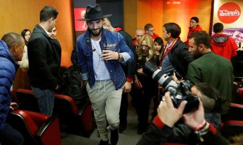 Nam ca sĩ người Colombia Maluma rời khỏi một cuộc họp báo ở Botoga, Colombia ngày 5/4 trong khuôn khổ chuỗi sự kiện rước chiếc cúp vô địch vòng quanh thế giới. Ảnh: Reuters.