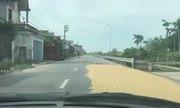 Phơi thóc trên đường quốc lộ - đáng trách hay cảm thông