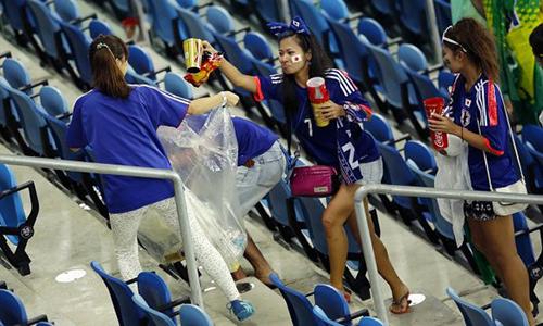 Các fan Nhật Bản dọn rác sau trận đấu tạiWorld Cup năm 2014 ở Brazil. Ảnh: China Smack