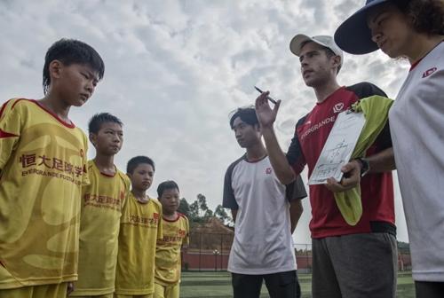 Huấn luyện viên Ibon Labaien hướng dẫn các học sinh tại Học viện Hằng Đại. Ảnh: Zigor Aldama.