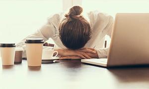 Ngủ gục trên bàn gây hại thế nào?