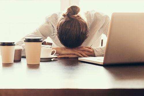 Ngủ trên bàn là thói quen của dân văn phòng và học sinh.