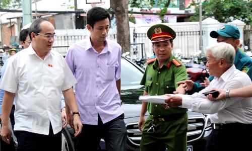 Người dân chào đón Bí thư Thành ủy Nguyễn Thiện Nhân (trái) đến buổi tiếp xúc cử tri. Ảnh: Phạm Duy.