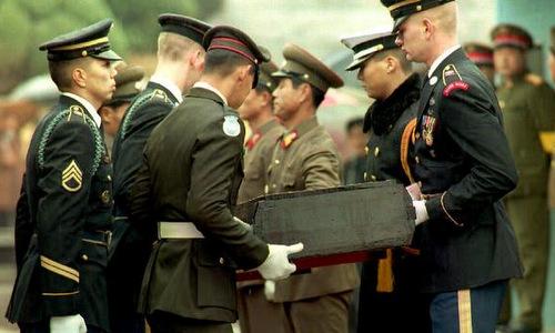 Một bộ hài cốt được Triều Tiên trao trả cho Mỹ năm 1993. Ảnh: AFP.