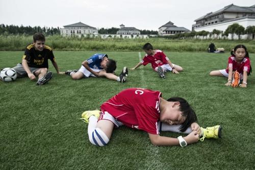 Một khóa huấn luyện bóng đá tại trường quốc tế Taihu thuộc tỉnh Giang Tô, Trung Quốc. Ảnh: Zigor Aldama.