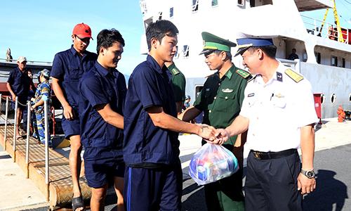 Các ngư dân trên tàu cá bị nạn được tàu thuộc Vùng 4 Hải quân đưa vào bờ an toàn. Ảnh: An Phước