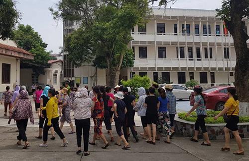 Người dân kéo đến trụ sở UBND huyện Sóc Sơn yêu cầu gặp lãnh đạo. Ảnh: Gia Chính.