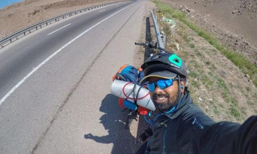 Clifin Francis bắt đầu đạp xe từ Iran, vượt hơn 4.000 km để tới Nga tham dự World Cup. Ảnh: Clifin Francis.
