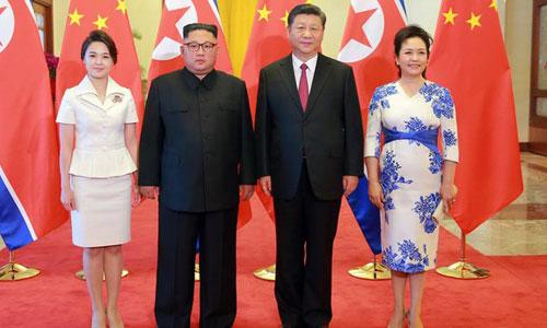Vợ chồng Kim Jong-un (trái) chụp ảnh cùng vợ chồng Tập Cận Bình tại Bắc Kinh. Ảnh: RTE.