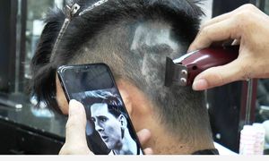 Nhiều bạn trẻ Hà Nội cắt tóc hình cầu thủ trong mùa World Cup