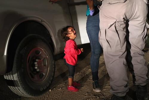 Bé gái Honduras khóc nức nở khi mẹ bị giới chức Mỹ khám xét ởbiên giới Mỹ - Mexico hôm 12/6. Ảnh:John Moore