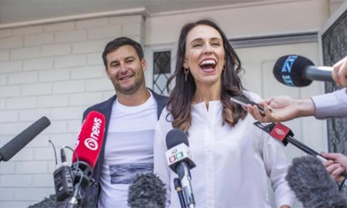 Thủ tướng Jacinda Ardern và bạn trai Clarke Gayford tại cuộc họp báo ở nhà riêng sau thông báo đang mang thai hồi tháng 1. Ảnh: RNZ.