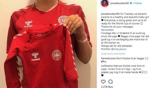 Knudsen chia sẻ trên Instagram bức ảnh vợ anh cầm chiếc áo của tuyểnĐan Mạch dành cho con gái và thông báo tin vui. Ảnh:Instagram