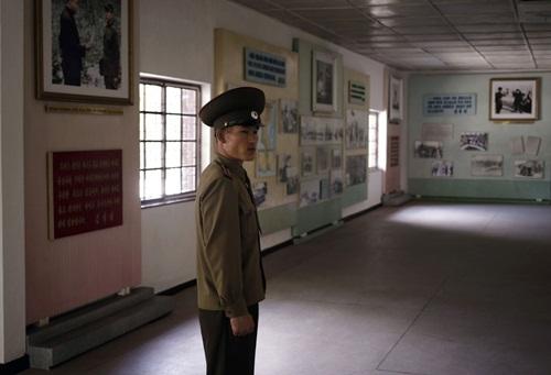 Trung tá Hwang Myong Jin tại bảo tàng bên trong Khu Phi quân sự liên Triều (DMZ). Ảnh: AP.