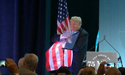 Trump ôm cờ Mỹ sau bài phát biểu về nhập cư