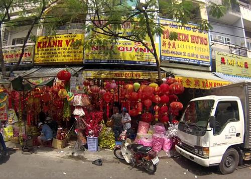 Cửa hàng Như Quỳnh bị cháy và phố đèn lồng, thiệp cưới trên đường Hải Thượng Lãn Ông. Ảnh: Tin Tin