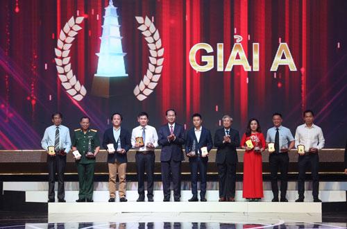 Chủ tịch nước Trần Đại Quang và ông Trần Quốc Vượng, Thường trực Ban Bí thư, trao giải A cho các tác giả. Ảnh: Nam Trần.