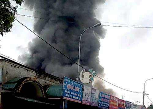 Cột khói bốc cao sau khi lửa lan rộng. Ảnh: Nguyễn Hưng.