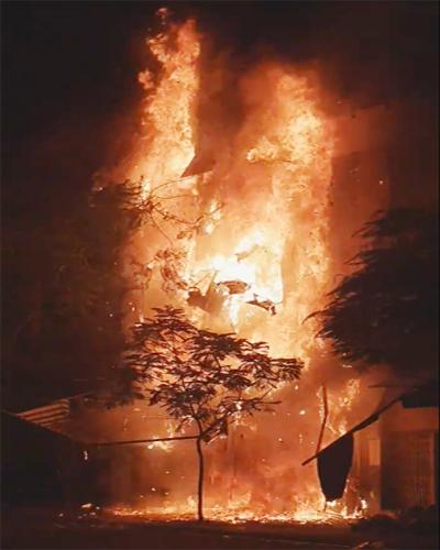 Căn nhà 5 tầng cháy ngùn ngụt giữa đêm. Ảnh: Cat Vuong