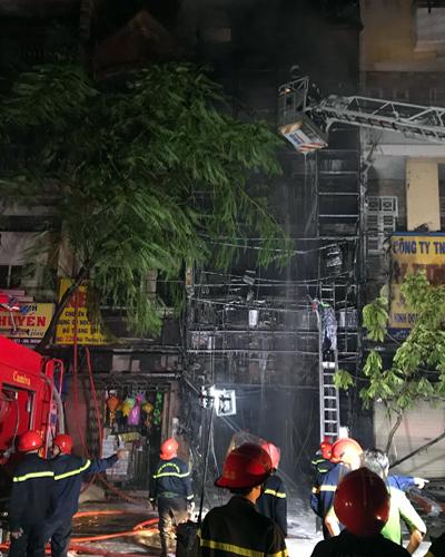 Gần 1h ngày hôm sau, cảnh sát vẫn còn phun nước dập lửa tàn. Ảnh: Sơn Hòa