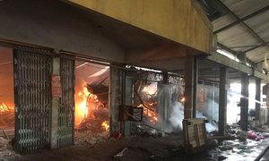 Cháy lớn thiêu rụi hàng trăm gian hàng trong chợ ở Hà Nội