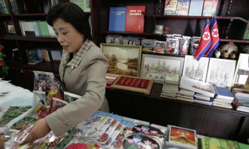 Cửa hàng bán đồ lưu niệm tại Bình Nhưỡng năm 2008. Ảnh: Reuters.