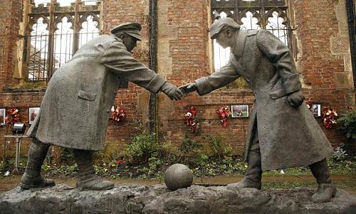 Tượng đài kỷ niệm trận đấu năm 1914 tại thành phố Liverpoll của Anh. Ảnh: BBC.