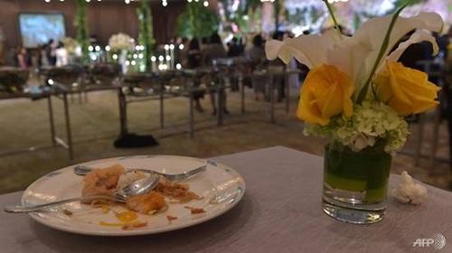 Đồ ăn thừa tại các bữa tiệc được thu thập để phân phát cho người nghèo. Ảnh: AFP.