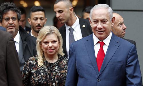 Thủ tướng Israel Benjamin Netanyahu (phải) và phu nhânSara Netanyahu tại Paris, Pháp ngày 6/6. Ảnh: AP.