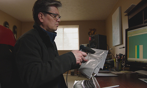 Jimmy Miller quét mã mẫu xét nghiệm ADN của những người con lai Mỹ - Việt. Ảnh: NBC.