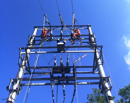 Công nhân điện lực Quảng Ninh khắc phục sự cố đường dây 22 kV. Ảnh: Cao Quỳnh
